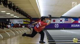 Atlet bowling Indonesia, Elsa Maris melempar bola saat tampil pada cabang tenpin bowling TPB 4 di Jaya Ancol Bowling Center, Jakarta, Selasa (9/10). Elsa Maris menyumbang medali emas keenam untuk Indonesia. (Bola.com/Vitalis Yogi Trisna)