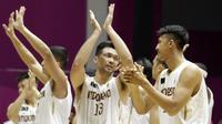 Para pebasket Indonesia memberikan aplaus usai pertandingan melawan Korea Selatan pada laga Asian Games di Hall Basket GBK, Jakarta, Selasa (14/8/2018). Indonesia takluk 65-104 dari Korsel. (Bola.com/Peksi Cahyo)