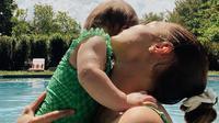 Gigi Hadid dan putrinya Khai tampil dalam balutan bikini yang senada. (dok. Instagram @gigihadid/https://www.instagram.com/p/CP8lYHtH0JD/)