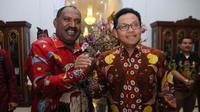 Bupati Puncak Papua, Willem Wandik berjabat erat dengan Wali Kota Malang Sutiaji dalam sebuah pertemuan di Padang, Sumatera Barat (Humas Pemkot Malang)