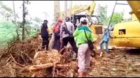 Seorang emak-emak di Pulau Wawonii mengusir alat berat yang dikawal polisi menerobos lahan kebun miliknya.(Liputar6.com/Ahmad Akbar Fua)