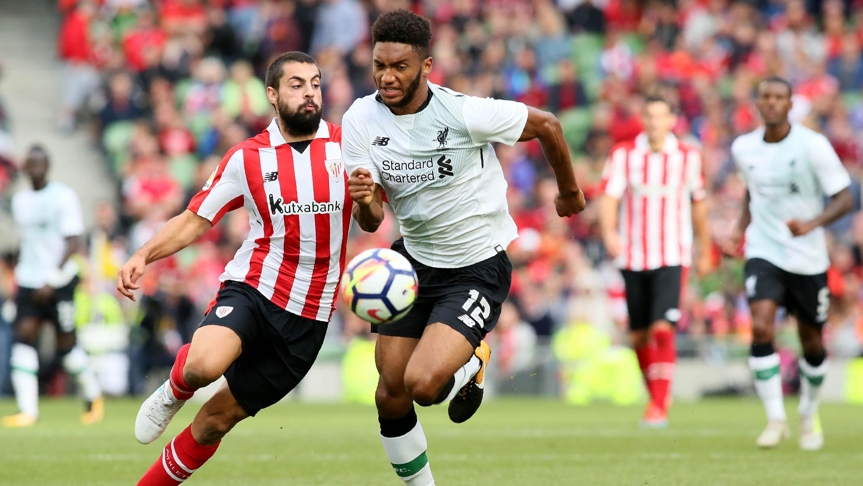 Bek Liverpool, Joe Gomez, berebut bola dengan striker Athletic Bilbao, Asier Villalibre, pada laga persahabatan di Stadion Aviva, Dublin, Sabtu (5/8/2017) (AFP/Paul Faith)