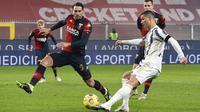Striker Juventus, Cristiano Ronaldo, melepaskan tendangan saat melawan Genoa pada laga Liga Italia di Stadion Luigi-Ferraris, Senin (14/12/2020). Juventus menang dengan skor 1-3. (Tano Pecoraro/LaPresse via AP)