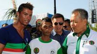Martunis dan Cristiano Ronaldo   via: bengkuluekspress.com