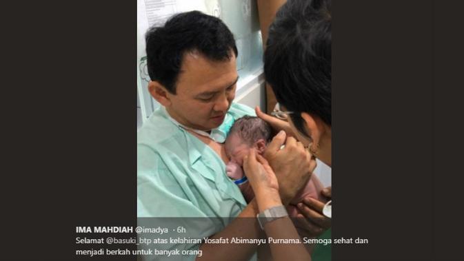 Basuki Tjahaja Purnama atau Ahok menggendong bayinya. (instagram @imadya)