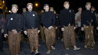 Mantan Panglima TNI Jenderal (Purn) Gatot Nurmantyo mengikuti kirab pusaka dan tapa bisu di Pura Mangkunegaran, Solo, Senin malam (10/9).(Liputan6.com/Fajar Abrori)