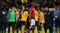 Reaksi gelandang Manchester United, Paul Pogba setelah timnya tersingkir dari Piala FA. Mereka kalah dari Wolverhampton Wanderers dengan skor 1-2.  (AFP / Lindsey Parnaby)