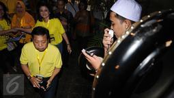 Ketua Umum Partai Golkar, Setya Novanto (kiri) saat masuk studio jelang nonton bareng film Iqro bersama 1000 anak yatim di Jakarta, Minggu (12/2). Acara ini untuk memperingati Maulid Nabi Muhammad SAW. (Liputan6.com/Helmi Fithriansyah)