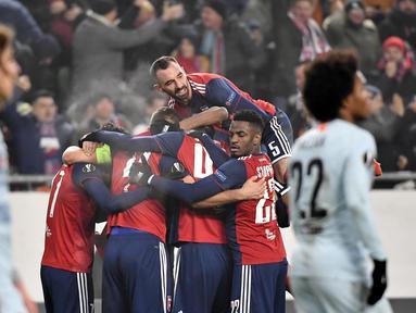 Pemain Vidi FC merayakan gol ke gawang Chelsea pada laga Liga Europa di Stadion Groupama, Hungaria, Kamis (13/12). Kedua tim bermain imbang 2-2. (AP/Tibor Illyes)