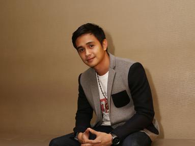Ajun Perwira dikenal sebagai aktor, presenter, dan pemusik di Indonesia. Namanya kerap wara-wiri di layar lebar dan layar kaca. Kariernya mulai melejit kala ia membintangi sebuah sinetron di salah satu tv swasta (Kapanlagi/Budy Santoso)