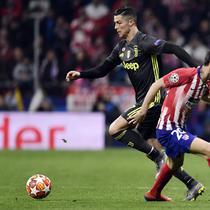 Cristiano Ronaldo mencoba melewati Diego Godin pada leg 1, babak 16 besar Liga Champions yang berlangsung di stadion Wanda Metropolitano, Madrid., Kamis (21/2). Atl Madrid menang 2-0 atas Juventus (Javier Soriano)