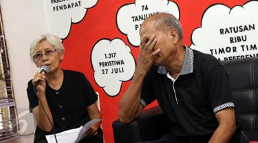 Sumarsih (kiri), keluarga korban tragedi semanggi 1 memberi keterangan di kantor Kontras, Jakarta, Kamis (8/12). Mereka menagih komitmen pemerintah untuk segera memenuhi hak-hak korban pelanggaran HAM berat masa lalu. (Liputan6.com/Helmi Fithriansyah)