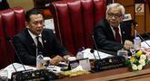 Ketua DPR Bambang Soesatyo (kiri) dan Wakil Ketua DPR Agus Hermanto memimpin rapat paripurna di Kompleks Parlemen, Jakarta, Selasa (16/7/2019). Salah satu agenda yang dibahas adalah pembacaan surat Presiden Joko Widodo atas pertimbangan permohonan amnesti untuk Baiq Nuril. (Liputan6.com/JohanTallo)