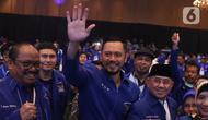 Ketum Partai Demokrat  Agus Harimurti Yudhoyono menyapa para kader usai terpilih secara aklamasi saat Kongres V Partai Demokrat di JCC, Jakarta, Minggu (15/3/2020). AHY menggantikan Susilo Bambang Yudhoyono menjadi ketum partai. (Liputan6.com/Angga Yuniar)