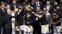 Pebasket Golden State Warriors, Kevin Durant, mengangkat trofi MVP Final NBA 2018 pada Gim 4 Final NBA di Quicken Loans Arena, Jumat (8/6/2018). Kevin Durant terpilih sebagai pemain terbaik Final NBA 2018. (AP/Carlos Osorio)