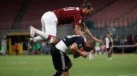Penyerang AC Milan, Zlatan Ibrahimovic melompati bek Juventus, Leonardo Bonucci saat berebut bola dalam laga giornata 31 Serie A 2019-2020 di San Siro, Rabu (8/7/2020) dini hari WIB. AC Milan sukses kalahkan Juventus 4-2.  (AP Photo/Antonio Calanni)