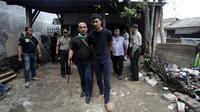 Polisi menggiring tersangka usai menggerebek peredaran narkoba di kawasan Kampung Ambon, Cengkareng, Jakarta Barat, Rabu (24/1). Pelaku yang berhasil kabur diduga memantau pergerakan polisi dari CCTV. (Liputan6.com/Arya Manggala)