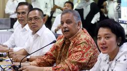 Dirut PLN Sofyan Basir (dua kanan) memberi keterangan pers setelah rumahnya digeledah oleh KPK, Jakarta, Senin (16/7). Sebagai tuan rumah, Sofyan membantu KPK dengan memberikan sejumlah dokumen informasi terkait proyek Riau 1. (Liputan6.com/Arya Manggala)