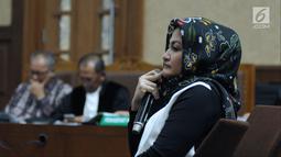Istri Setya Novanto, Deisti Astriani Tagormenyimak pertanyaan saat menjadi saksi pada sidang dugaan merintangi penyidikan korupsi E-KTP dengan terdakwa Bimanesh Sutarjo di Pengadilan Tipikor, Jakarta, Senin (16/4). (Liputan6.com/Helmi Fithriansyah)