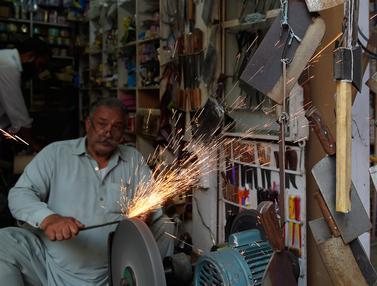 Potret Perajin Pisau untuk Potong Hewan Kurban di Pakistan