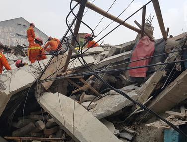 Momen Penyelamatan Korban Rumah Roboh di Johar Baru