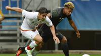 Pemain Meksiko, Jose Abella (kiri), berebut bola dengan pemain Jerman, Serge Gnabry, pada laga perdana Grup C Olimpiade Rio 2016 di Arena Fonte Nova, Jumat (5/8/2016) dini hari WIB. (AFP/Nelson Almeida)
