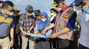 Gubernur Sumbar, Mahyeldi melihat lokasi terdampak banjir Batang Tapan. 9Liputan6.com/ Humas Pemprov Sumbar)