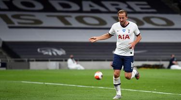Penyerang Tottenham Hotspur, Harry Kane berselebrasi usai mencetak gol ke gawang West Ham pada pertandingan lanjutan Liga Inggris di Stadion Tottenham Hotspur di London (23/6/2020). Kane mencetak satu gol dan mengantar Tottenham menang 2-0 atas West Ham. (AFP/Pool/Neil Hall)