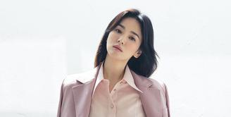 Jika kamu salah satu pengikut Song Hye Kyo di media sosial, mungkin kamu juga tahu bahwa perempuan yang satu ini senang sekali mengenakan set blazer. Seperti foto ini, ia mengenakan set blazer bernuansa keunguan dengan kemeja merah muda yang serasi. Foto: Instagram @kyo1122.