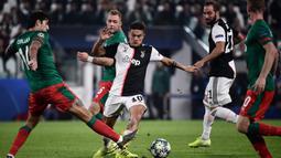 Striker Juventus, Paulo Dybala, berusaha melewati kepungan pemain Lokomotiv Moscow pada laga Liga Champions di Stadion Juventus, Turin, Selasa (22/10). Juventus menang 2-1 atas Lokomotiv. (AFP/Marco Bertorello)
