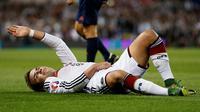 Gelandang tim nasional Jerman, Mario Gotze, mengalami cedera saat laga kontra Irlandia di Stadion Aviva, Dublin, Jumat (9/10/2015) dini hari WIB. (Reuters / Andrew Couldridge)