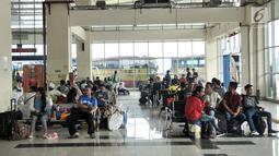 Suasana saat penumpang menunggu jadwal keberangkatan di Terminal Pulo Gebang, Jakarta, Minggu (3/6). Para penumpang mengaku sengaja lebih awal mudik ke kampung halaman. (Merdeka.com/Iqbal Nugroho)