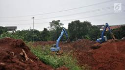 Pekerja menggunakan alat berat saat menyelesaikan pembuatan Waduk Kampung Rambutan, Jakarta, Kamis (26/4). Sebelumnya, proyek pengerjaan Waduk Kampung Rambutan sempat mangkrak cukup lama akibat sengketa lahan dengan warga. (Merdeka.com/Iqbal Nugroho)