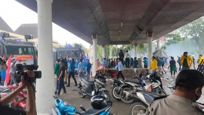 Para demonstran merusak pagar DPRD Sumsel saat unjuk rasa hari ke dua di Palembang (Liputan6.com / Nefri Inge)
