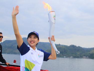 Olivia Zalianty Bawa Obor Asian Games Arungi Danau Toba
