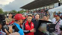 Menteri Pemuda dan Olahraga, Imam Nahrawi, secara resmi membuka Liga Berjenjang Piala Menpora 2019 di lapangan Universitas Pendidikan Indonesia (UPI), Bandung, Sabtu (16/3/2019). (Bola.com/Erwin Snaz)