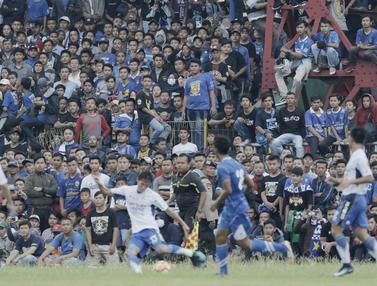 Suporter Persib Bandung dan Perserang Serang