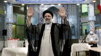 Ebrahim Raisi, seorang kandidat dalam pemilihan presiden Iran melambai ke media setelah memberikan suaranya di sebuah tempat pemungutan suara di Teheran, Iran, Jumat (18/6/2021). Warga Iran mulai memberikan suaranya dalam pemilihan presiden. (AP Photo/Ebrahim Noroozi)