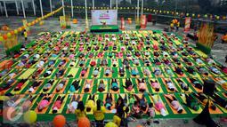 Peserta saat mengikuti gerakan instruktur pada Yoga in the Air di rooftop Plaza Semanggi, Jakarta, Sabtu (30/4). Kegiatan ini dilakukan bertujuan mengajak wanita Indonesia untuk memilih cara yang sehat saat datang bulan. (Liputan6.com/Johan Tallo)