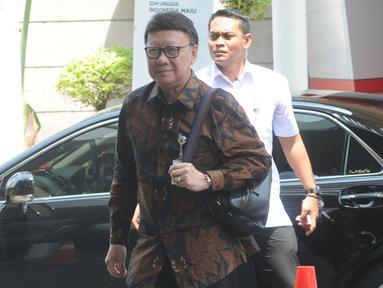 Menteri Dalam Negeri Tjahjo Kumolo mendatangi Gedung KPK, Jakarta, Kamis (22/8/2019). Kedatangannya untuk rapat lintas kementerian dan lembaga membahas pemanfaatan Nomor Induk Kependudukan (NIK) untuk perbaikan basis data pemberian bantuan sosial (Bansos). (merdeka/com/Dwi Narwoko)