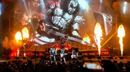 Penampilan band heavy metal KISS dalam tur dunia bertajuk 'End of the Road' di Riverbend Music Center, Cincinnati, Ohio, Amerika Serikat, Kamis (29/8/2019). KISS menggebrak panggung Riverbend Music Center dalam tur perpisahan band tersebut. (Photo by Amy Harris/Invision/AP)