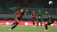 Gelandang Borneo FC, Renan Silva, berebut bola dengan pemain Tira Persikabo pada laga Shopee Liga 1 di Stadion Pakansari, Bogor, Minggu (1/9). Borneo tahan imbang 2-2 Tira Persikabo. (Bola.com/Yoppy Renato)