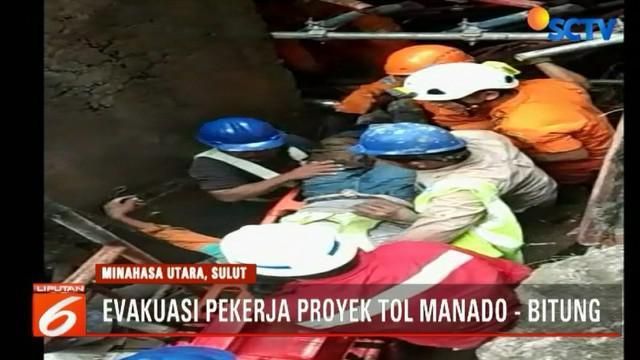 Sebagian tim dibantu para pekerja proyek kembali melanjutkan upaya evakuasi mencari dua orang pekerja yang masih tertimbun material bangunan.
