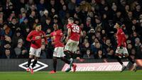 Pemain Manchester United Odion Ighalo (kedua kiri) melakukan selebrasi bersama rekan setimnya usai mencetak gol ke gawang Derby County pada pertandingan putaran kelima Piala FA di Pride Park, Derby, Inggris, Kamis (5/3/2020). Manchester United menang dengan skor 3-0. (AP Photo/Rui Vieira)