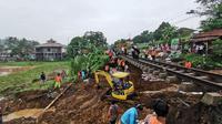Jalur lintasan kereta api (KA) Bogor-Sukabumi, sampai saat ini belum bisa dilalui sejak Jumat (6/12/2019) malam. (Liputan6/Achmad Sudarno)