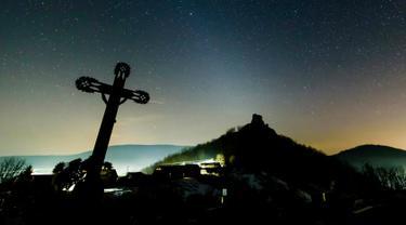Cahaya bintang berwarna putih terlihat pada langit malam di Hajnacka, Slovakia, Kamis (7/2). Cahaya redup yang disebabkan oleh debu antarplanet ini terjadi akibat pantulan sinar matahari. (Peter Komka/MTI via AP)