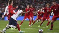 Timnas Inggris langsung mengamuk pada babak tambahan. Kemelut di muka gawang Denmark membuat lini pertahanan mereka melakukan pelanggaran terhadap Raheem Sterling di kotak terlarang. (Foto: AP/Pool/Laurence Griffiths)