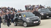 Fiat 500L yang digunakan Paus Fransiskus dalam kunjungannya pertama kali ke Amerika Serikat (AS), November lalu, siap dilelang.