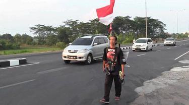 Seorang sopir truk bernama Agus Yudha berjalan kaki dari Mojokerto menuju Jakarta, tujuannya menemui presiden Jokowi. Agus memprotes banyaknya pungli yang dilakukan oknum petugas dan preman terhadaop sopir truk di jalan