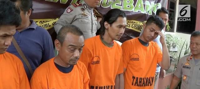 Empat oknum Organisasi Kemasyarakatan dan Karang Taruna kecamatan Bantar Gebang, dibekuk petugas Polsek Bantar Gebang, Bekasi, setelah melakukan pungutan liar terhadap ratusan supir truk.